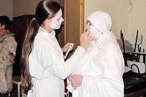 Lucie bývá vyobrazena celá v bílém s dýkou a mističkou s očima. Dříve se na svátek svaté Lucie ženy odívaly do bílých košil a šatů a chodily po staveních kontrolovat sousedky, zda nepracují.