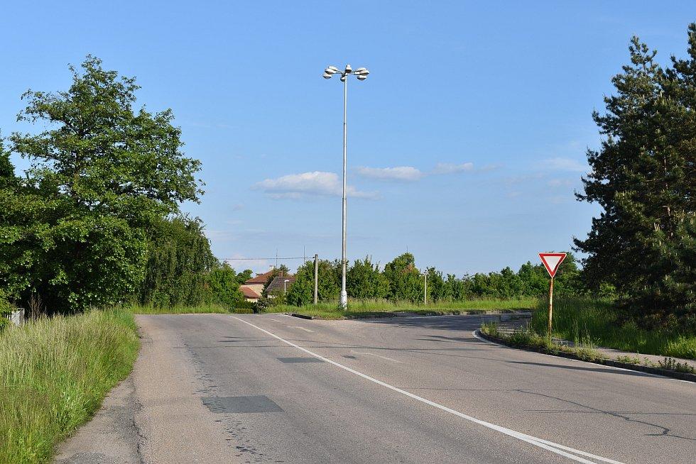 Podle představ lidí z Pouchova by měla být v budoucnu jedinou příjezdovou cestou do skladištní oblasti pro nákladní dopravu tato křižovatku s Kladskou ulicí.