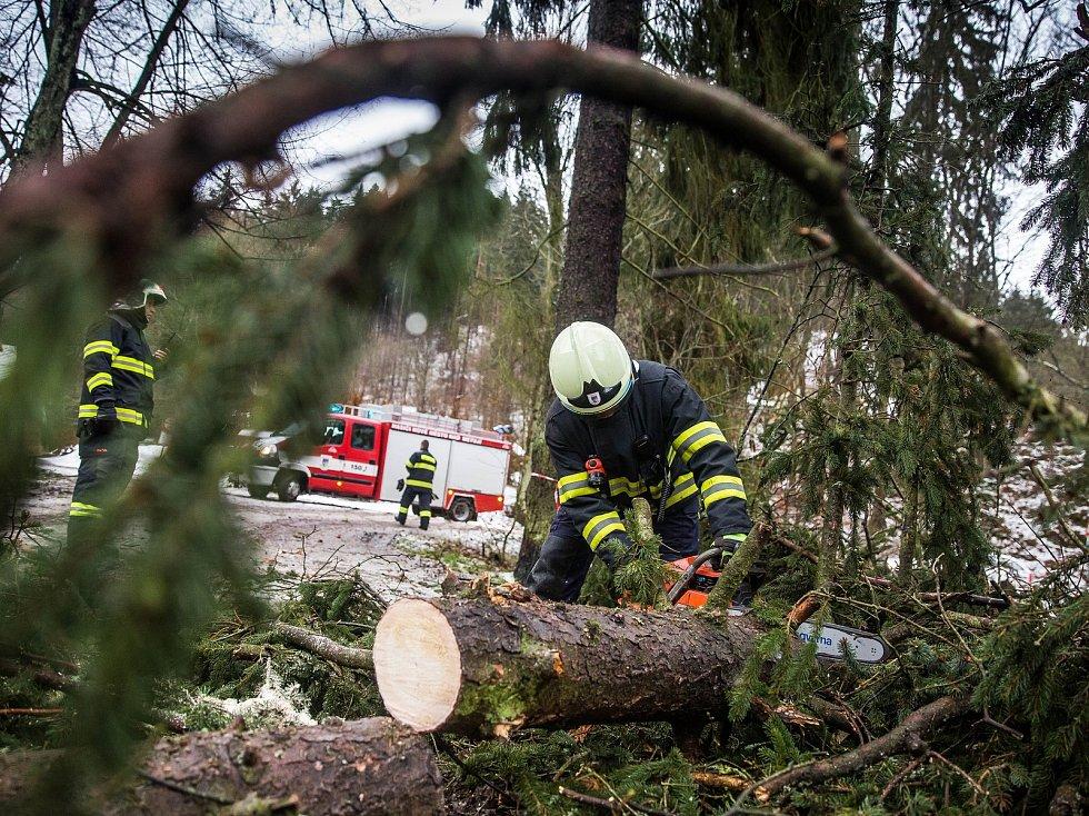 Pád stromu v Pekelském údolí u Nového Města nad Metují odstraňovali dobrovolní hasiči.