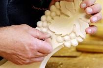 Prázdninové kursy hradecké uměleckoprůmyslové školy naučí zájemce pracovat se dřevem a třeba i slepit kytaru.