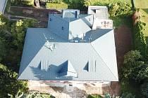 Oprava budovy střední školy vRuseku začala letos vlétě výměnou střechy.