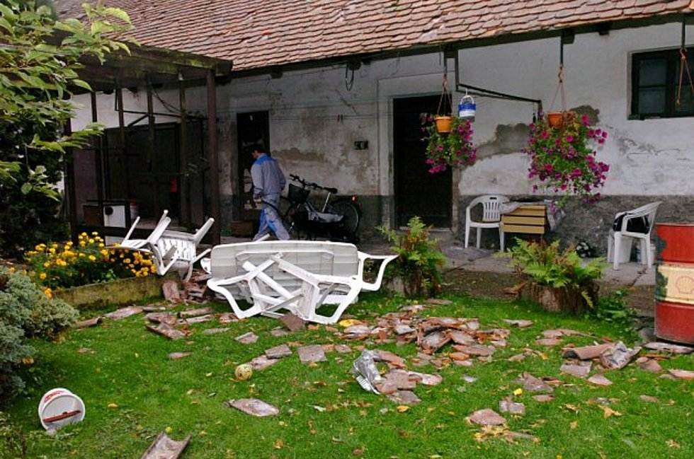 Spoušť, kterou za sebou nechalo malé tornádo v roce 2007 v Černilově.