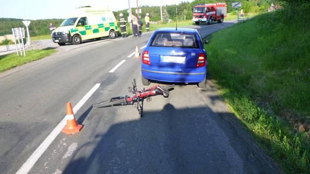 Sraženému cyklistovi pomáhali záchranáři v neděli nedaleko Lukavce.