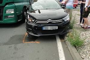 Hradeckou dopravu blokovala nehoda dvou aut.