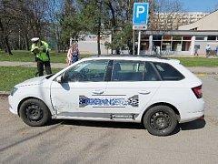 Opilá řidička nabourala dvě zaparkovaná vozidla.