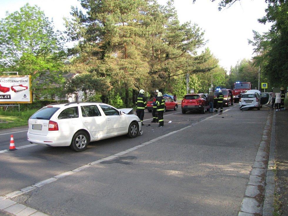 Dopravní nehoda tří osobních vozidel ve Zborovské ulici v Hradci Králové.