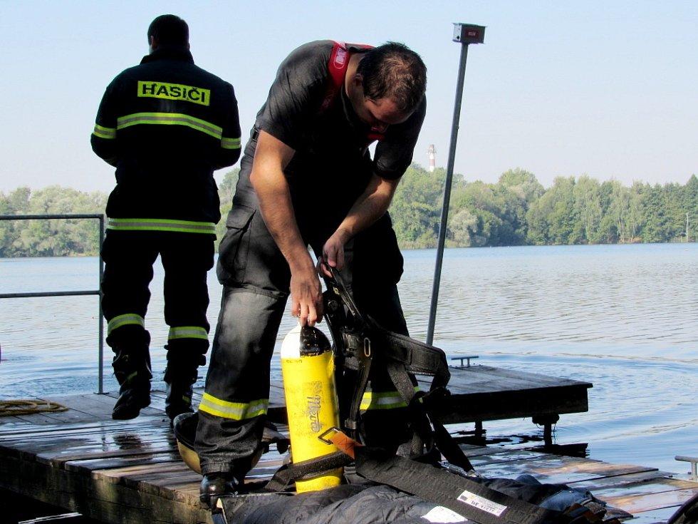 Výcvik hasičů na vodě na Správčickém rybníku v Hradci Králové.