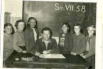 Žákyně smidarské školy narozené v roce 1945.