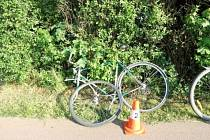 Srážka cyklistů na cyklostezce podél Gočárova okruhu v Hradci Králové.