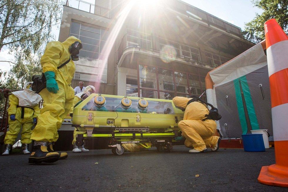 Složky IZS cvičily transport pacienta s podezřením na vysoce nakažlivou nemoc.