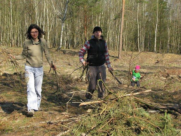 Přírodní památku Na Plachtě přišli dobrovolníci zbavit nepořádku, aby areál opět ožil chráněnými živočichy