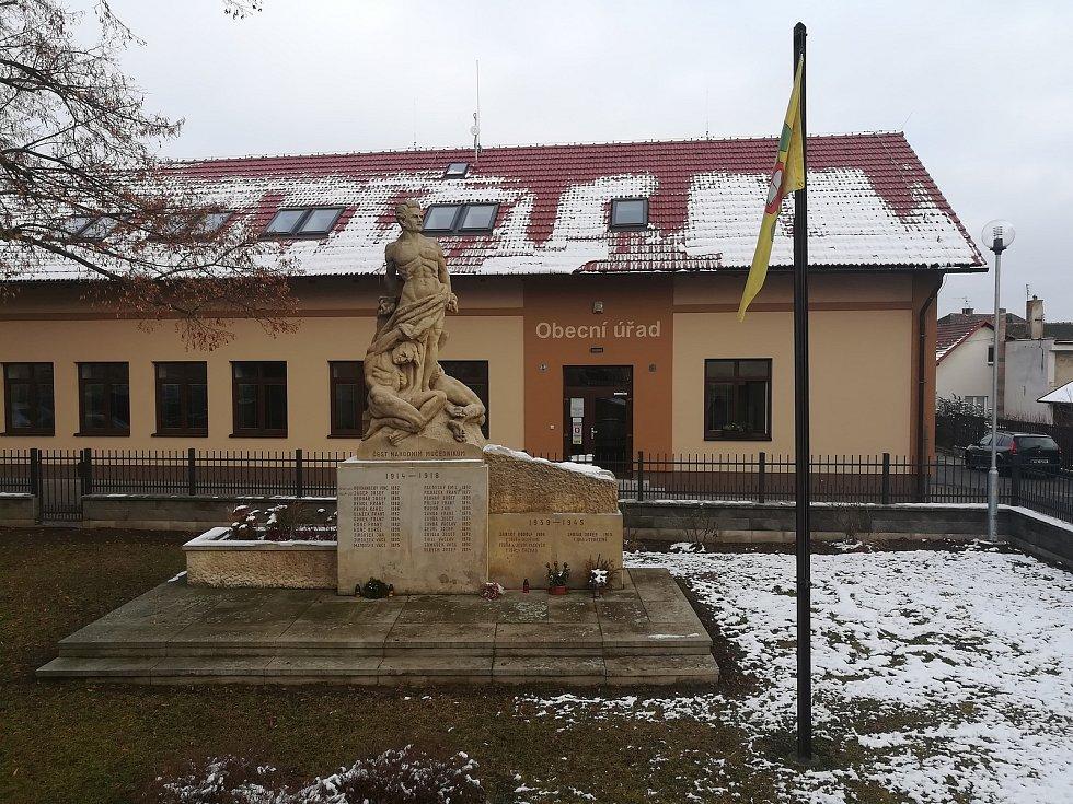 Obecní úřad s pomníkem obětem světových válek.