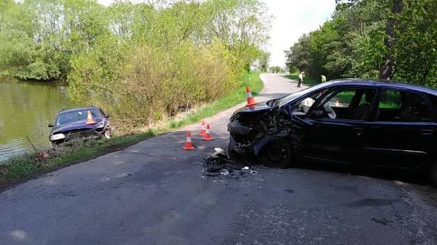 Po dopravní nehodě dvou aut skončilo jedno v rybníku.