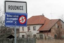 """Cedule s nápisem """"Máme nárok na evropské peníze!"""" u obce Roudnice."""