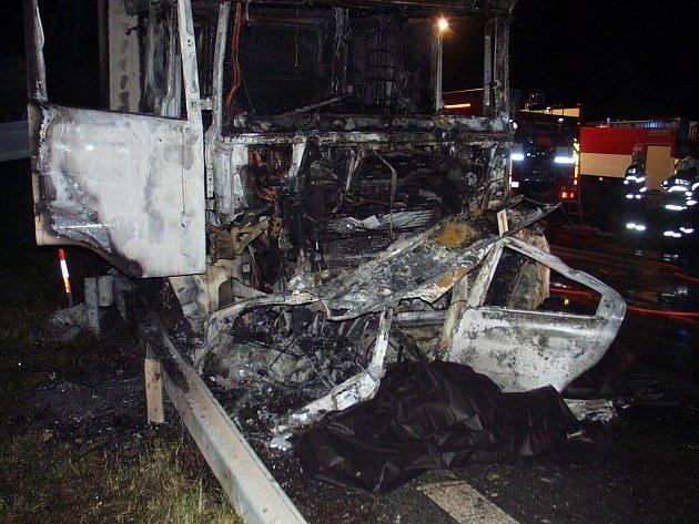 K tragické nehodě došlo v úterý večer na Rašínově třídě (tzv. hradubické silnici) těsně před Opatovickým písníkem. V místě, kde se dva jízdní pruhy sbíhají v jeden, se srazilo osobní auto s kamionem Scania. Nehodu nepřežili tři lidé z osobního vozu.