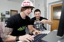 Michael Beran a Kamil Feifer, jezdci freestyle BMX při on-line rozhovoru v Hradeckém deníku v pátek 16. dubna 2010.