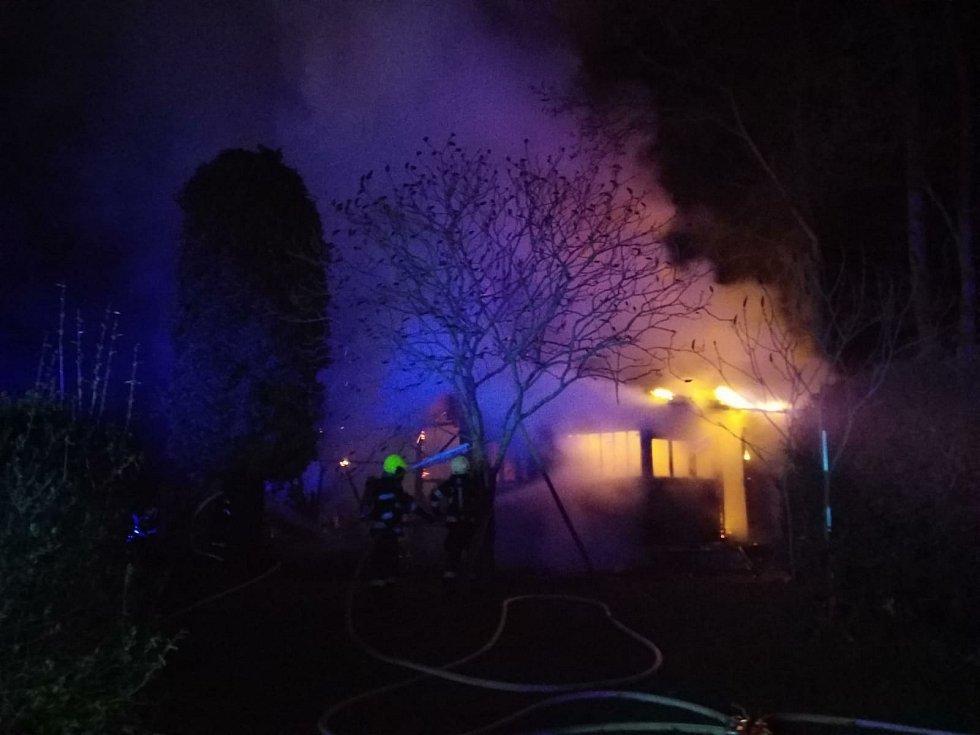 Škodu ve výši 700 tisíc korun napáchal požár, který zachvátil chatu v chatové oblasti Štěnkov.