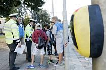 Policisté a děti u přechodu pro chodce u hradecké Základní školy Kukleny.