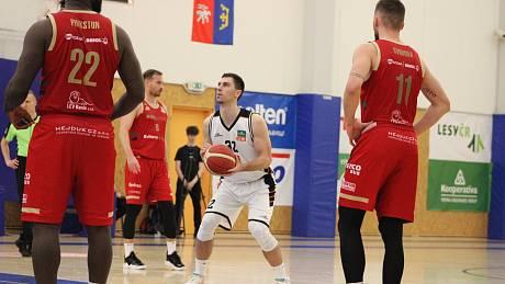 Hradec Králové (v bílém Pavol Lošonský) vs. Svitavy.Foto: Královští sokoli