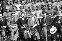 Kyjev 1917. Na skupinové fotografii s budoucím prezidentem je O. Červený ve spodní řadě první zprava