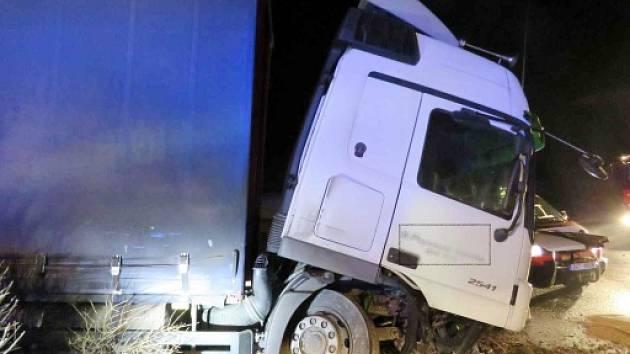 Havárie nákladní soupravy na kruhovém objezdu v Česticích.