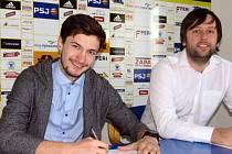 Osmnáctiletý Roman Čáp odešel z Hradce Králové do Jihlavy, kde nastupuje za juniorský tým. Smlouvu podepisoval s ředitelem klubu Janem Staňkem.