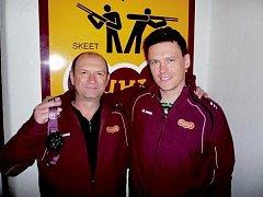 V Kataru se dařilo. Na armádním mistrovství světa vystřílel Jan Sychra (vlevo) na skeetu stříbro, jeho oddílový kolega z hradecké Dukly Robin Daněk byl v disciplíně trap čtvrtý.