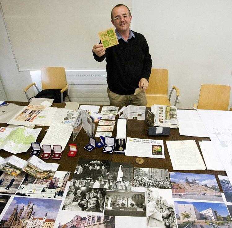 Kompletace dokumentů a předmětů do pouzder před uložením do makovice opravované Bílé věže v Hradci Králové.