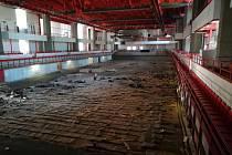 Staré parkety už dělníci vytrhali. Už brzy je mají nahradit novými.