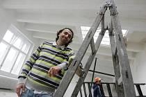 Z nových prostor v bývalé tiskárně pro své svěrence má zakladatel hradeckých T-Bass Zdeněk Zolman radost.