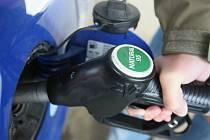Čtyři roky nebyl podle ekonomů v České republice levnější benzín, než je nyní. Hradecko není výjimkou.