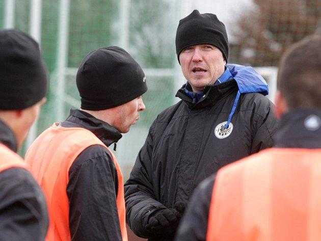 Trénink fotbalistů FC Hradec Králové v rámci zimní přípravy. Jiří Plíšek udílí pokyny.