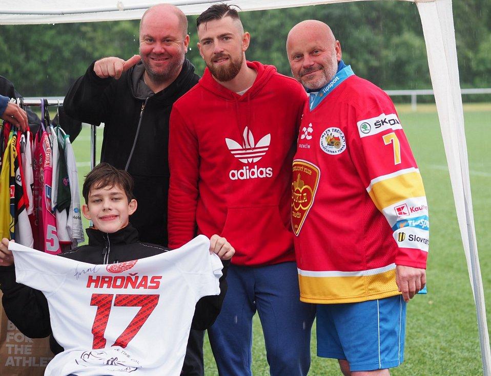 PATRON. Hokejista Filip Hronek (uprostřed) je jedním ze sportovců, kteří podporují projekt Michaela Nebeského (vlevo).