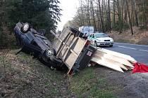 Na střeše skončil ve středu 9. dubna odpoledne vůz Škoda Felicia i s přívěsem, na kterém řidič vezl střešní krovy. K nehodě došlo na silnici za Hradcem ve směru na Holice.