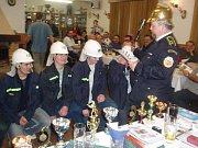 Lidé svatého Floriana: SDH Habřina: pasování mladých hasičů mezi dospělé.
