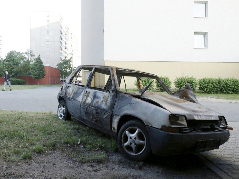 Ohořelý vrak osobního automobilu na třídě E. Beneše v Hradci Králové.