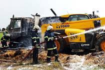 Požár nákladního auta se slámou