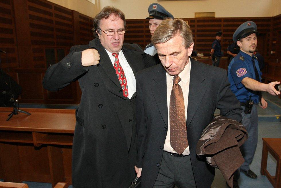 Otec obžalovaného Bohuslav Zelenka opuští jednací síň v doprovodu faráře Petra Kobiela.