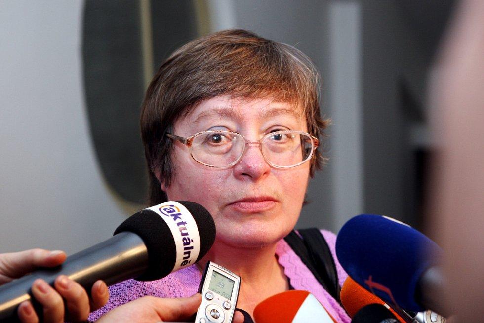 U Krajského soudu v Hradci Králové skončilo hlavní líčení s obžalovaný Petrem Zelenkou v kauze heparinových vražd. Senát krajského soudu mu udělil trest odnětí svobody na doživotí. Poškozená Eva Nová.
