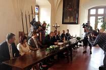 Hradec Králové a Pardubice jsou od úterka parťáky. Spolupráci města stvrdila na Kunětické hoře a teď se spolu pokusí získat 6 miliard korun z Evropské unie.