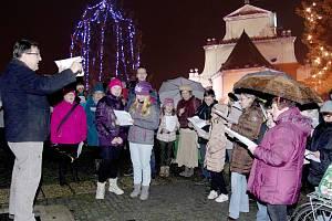Česko zpívá koledy - lidé a chrámový sbor na Klicperově náměstí v Chlumci nad Cidlinou.