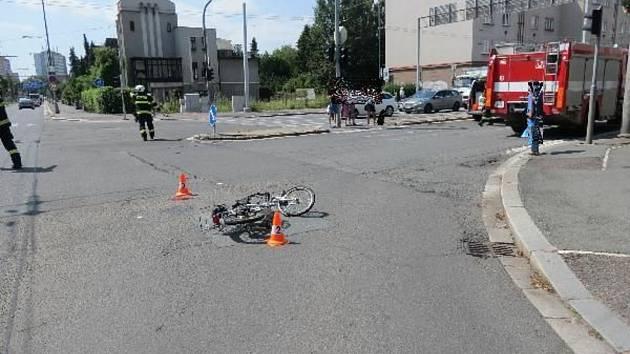 Seniora na elektrokole srazil automobil.