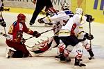 Hradečtí hokejisté (v červeném) vstoupili do Tipsport Cupu prohrou v sousedních Pardubicích.