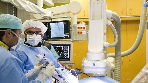Unikátní operace srdce - zákrok skrz tříslo a stehenní žílu v podání hradeckých lékařů.