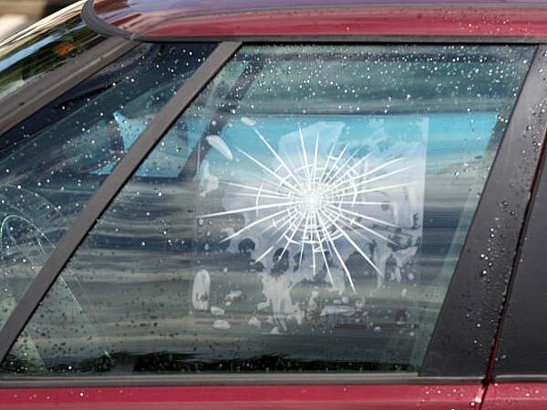 Samolepka pavučiny na skle auta má varovat