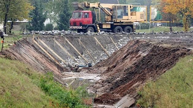 Vodní tok protékající od Benešovy třídy podél Štefánikovy ulice a dál k třebešskému rameni vypadá neškodně, vodohospodáři jsou jiného názoru. Město tady proto dělá protipovodňová opatření.