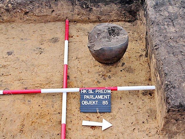 Dobře dochovaná urna, jíž archeologové našli uvnitř jednoho z hrobů germánského žárového pohřebiště.