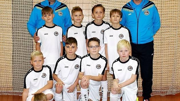 Hradecký výběr fotbalistů U10 při úvodním turnaji Zimní halové ligy Královéhradeckého KFS v Rokytnici v Orlických horách.