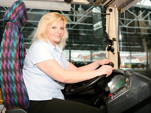 Řidička Hana Richterová v autobusu MHD.