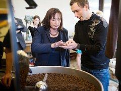 """""""K pražírně kávy v Borohrádku se dostanete i bez navigace,"""" smál se doprovod první dámy. Stačí se prý řídit podle vůně. Ivana Zemanová si návštěvu užívala a naučila se o kávě mnoho nového."""